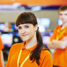 Junge Dame mit orangenen Poloshirt