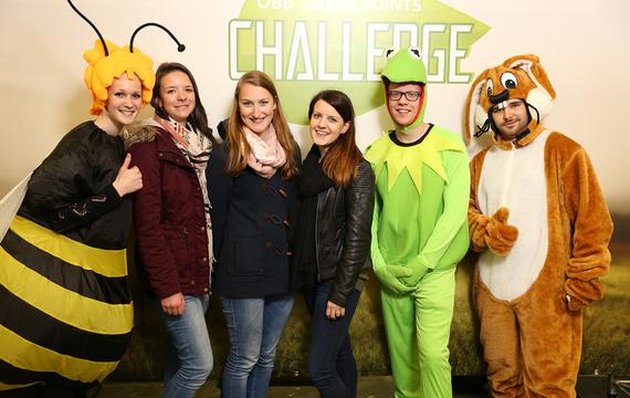 Personen verkleidet als Hase, Frosch und Biene mit Damen