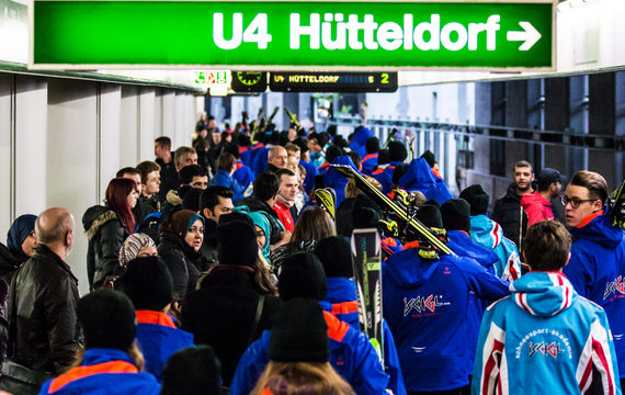 Viele Personen mit Schiausrüstung am Bahnhof Hütteldorf