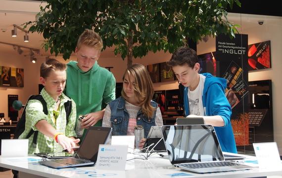 Teenager testen das neue Microsoft Windows