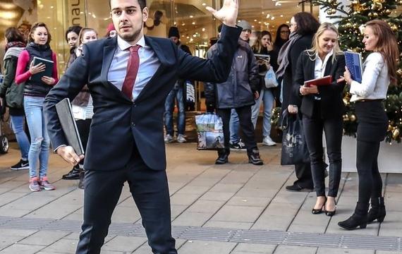 Junger Herr tanzt bei Flashmob zum neuen Surface