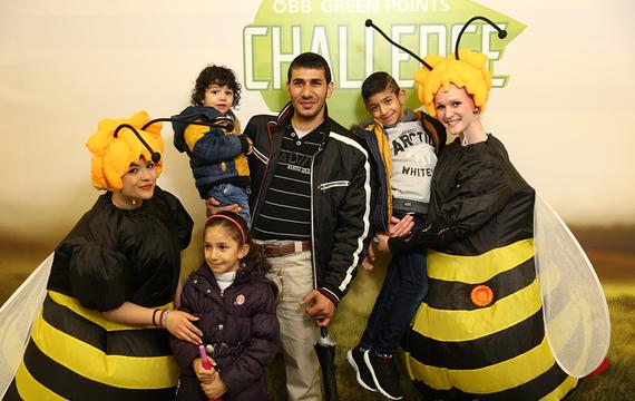 Personen verkleidet als Bienen mit Kindern und Erwachsenen