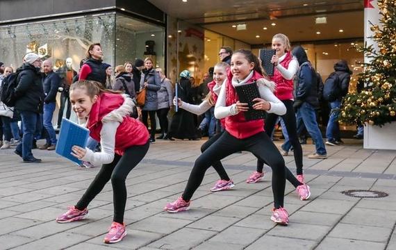 Junge Kids tanzen beim Flashmob zum Windows Surface