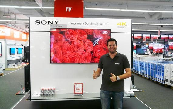 Ein junger Mitarbeiter bei Sony Infostand