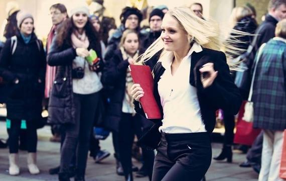 Junge Dame tanzend
