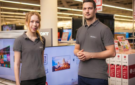 Zwei junge Mitarbeiter für Sony Infostand