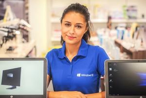 Junge Dame am Microsoft Windows Stand in einem Shop