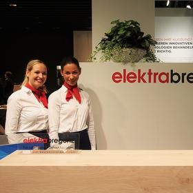 Zwei junge Mitarbeiterinnen betreuen den Stand von Elektra Bregenz