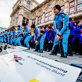 Viele Menschen in blauer Schiausrüstung für Flashmob in Wien