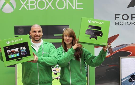 Junge Mitarbeiter für XBOX One Stand