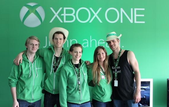 Junge Mitarbeiter bei XBOX One Infostand