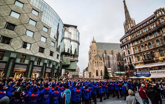 Flashmob in Schiausrüstung vor dem Stephansdom