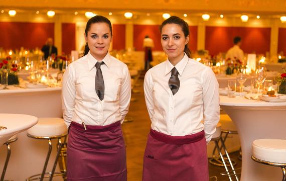 Zwei junge Mitarbeiterinnen bei Gastro-Event