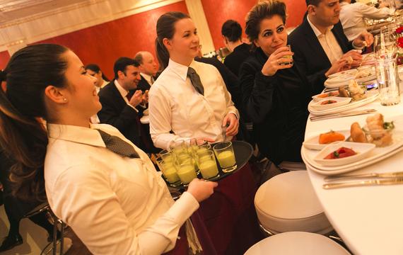 Zwei junge Mitarbeiter bedienen bei Gastro-Event