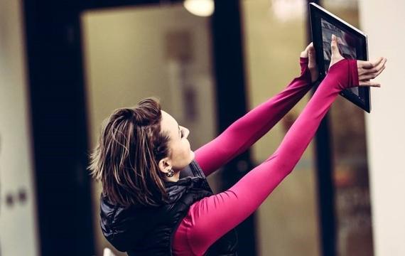 Junge Dame macht Selfie mit Windows Surface
