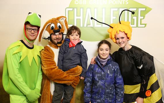 Personen verkleidet als Frosch, Hase und Biene mit Kindern