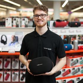 Mitarbeiter präsentiert Produkt