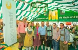easystaff Mitarbeiter mit Kunden bei der Wiener Wiesn