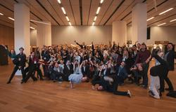 Gruppenfoto von 100 Flashmob Teilnehmern
