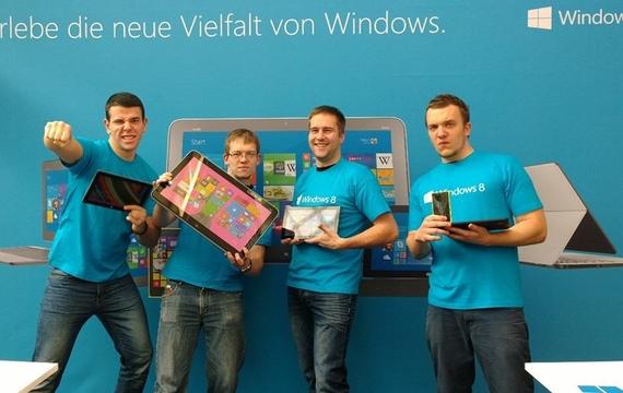 Motivierte Herren präsentieren das neue Microsoft Windows