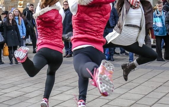 Junge Damen tanzen bei Flashmob
