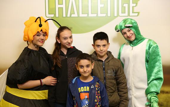 Personen verkleidet als Frosch und Biene mit Jugendlichen