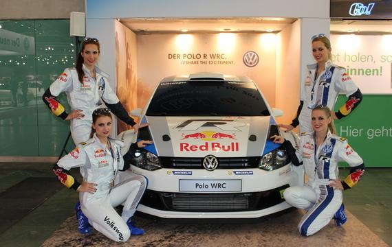 Junge Damen bei der Vienna Autoshow für VW