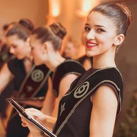 Junge Dame steht mit Tablet auf renommierter Veranstaltung als Event Hostess