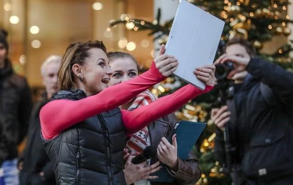 Junge Dame macht Selfie mit Besucher