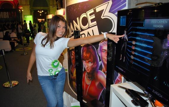 Junge Mitarbeiterin stellt DANCE Central 3 für die XBOX vor