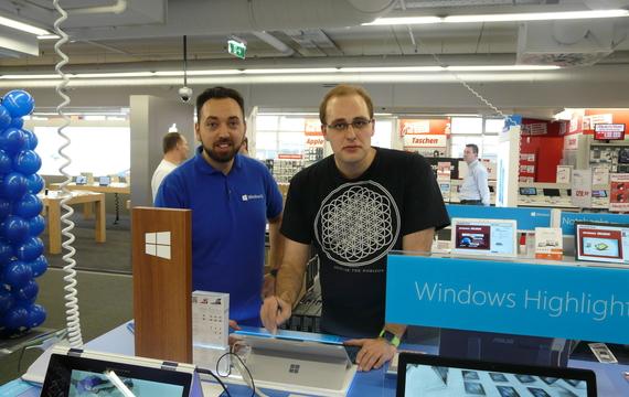 Junger Herr zeigt Kunden neues Microsoft Windows