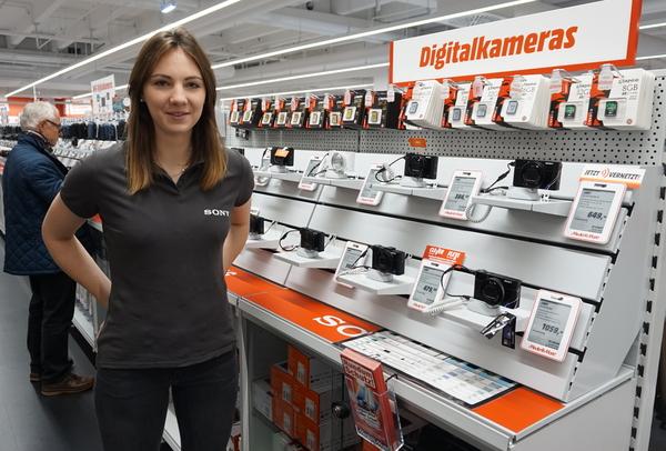 Eine junge Mitarbeiterin bei Sony-Produkten