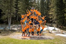 easystaff Team mit orangenen easystaff Pullover vereint auf einem orangen Klettergerüst