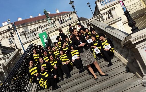 Bienenflashmob - Personen stehen als Bienen verkleidet auf Treppen
