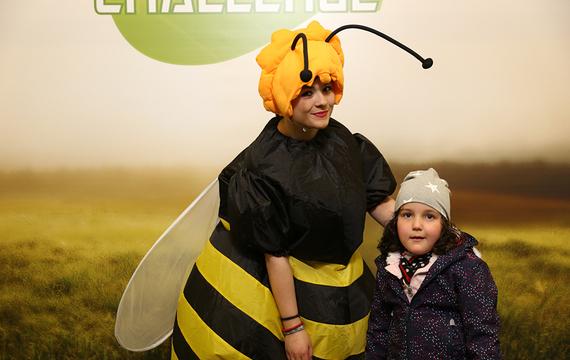 Frau verkleidet als Biene mit Kind