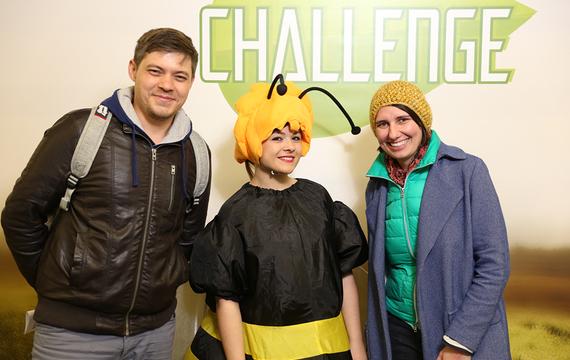 Frau verkleidet als Biene mit 2 Erwachsenen