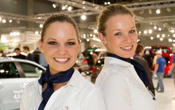 Zwie junge Damen bei der Vienna Autoshow für VW