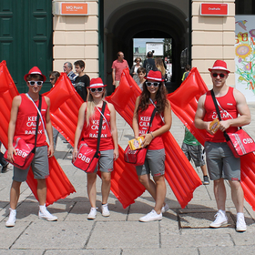 Junge Mitarbeiter in roten Sommeroutfits