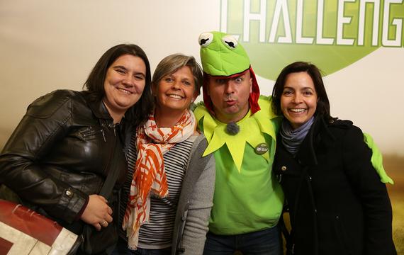 Mann verkleidet als Frosch mit Damen