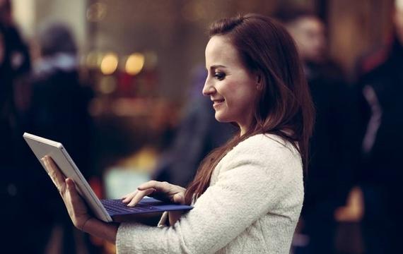 Junge Dame mit dem neuen Windows Surface