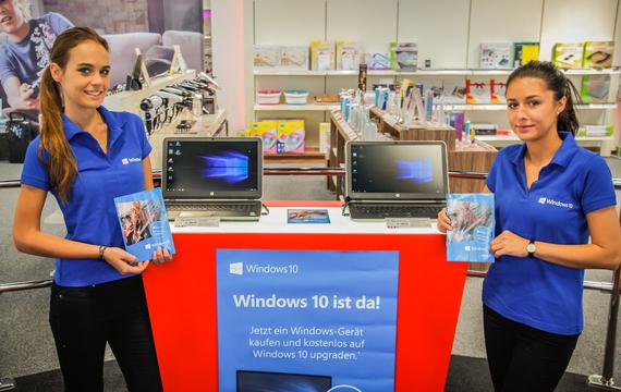 Zwei junge Damen am Microsoft Windows Stand
