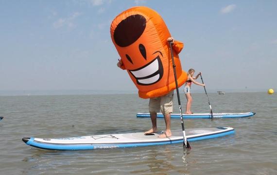 ARA Maskottchen beim Standup-paddle
