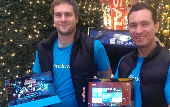 Mitarbeiter präsentieren das Windows Surface