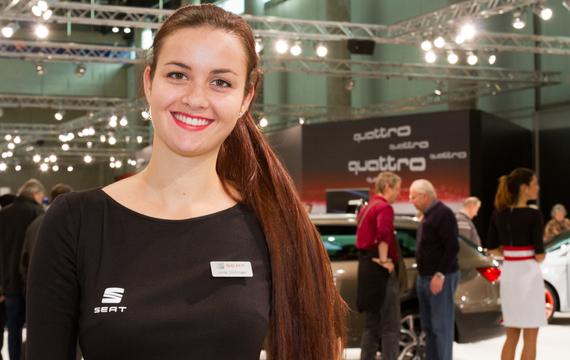 Junge Dame bei der Vienna Autoshow für Audi