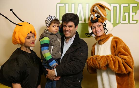 Personen verkleidet als Biene und Hase mit Herren und seinem Kind