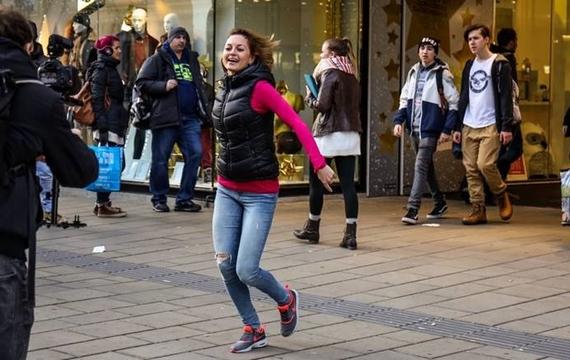 Junge Dame tanzt bei Flashmob mit Windows Surface