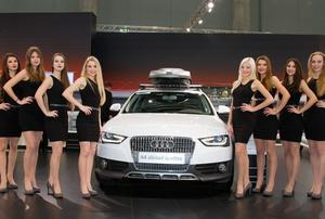 Junge Damen bei der Vienna Autoshow für Audi