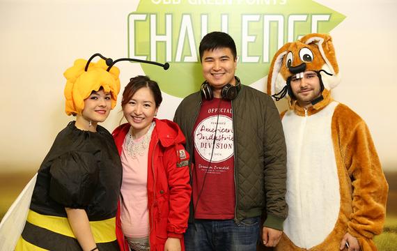 Personen verkleidet als Biene und Hase mit 2 Erwachsenen
