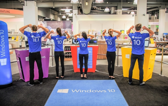 Junge Mitarbeiter von Microsoft bei Infostand