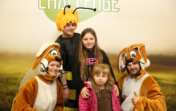 Personen verkleidet als Hasen und Biene mit Kindern